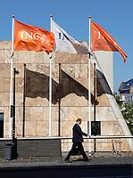 Nederland Amsterdam-  juli 2018.   Vlaggen van de ING bank in de Bijlmer.   Foto Berlinda van Dam /  Hollandse Hoogte