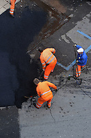Operai durante in rifacimento dell'asfalto. .Workers during resurfacing of the asphalt...