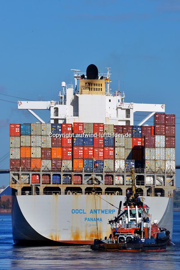 Containerschiff OOCL Antwerp  und Schlepper Bugsier 10: EUROPA, DEUTSCHLAND, HAMBURG, (EUROPE, GERMANY), 24.10.2013  Containerschiff OOCL Antwerp  und Schlepper Bugsier 10 im Koehlbrand