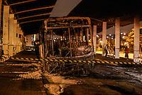 POA,SP, 07.05.2015 - INCÊNDIO-ONIBUS - Dois ônibus foram incendiados dentro do Terminal Rodoviário Pedro Fava / Cidade Kemel em Poa na grande São Paulo na noite desta quinta-feira, 07. O ato é em protesto a uma menina de 9 anos que foi violentada e morta. (Foto:Vanessa Carvalho/Brazil Photo Press)