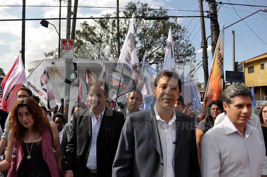 SÃO PAULO, SP, 25 dDE 2012 - ELEIÇÕES 2012 - FERANADO HADAD: O candidato do PT a prefeitura de São Paulo Fernando Haddad na companhia de Aloísio Mercadante realizaram uma caminhada na tarde deste sabado (25) na Av. Cupecê localizada no bairro de Cidade Ademar, zona sul da capital. FOTO: LEVI BIANCO - BRAZIL PHOTO PRESS