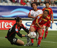 Chile, Temuco: Usa forward Sydney Leroux (C) goes for the ball along with  Qu Shanshan  Chine´s team, during the final match on the group, Fifa U-20 Womens World Cup the at German Becker stadium in Temuco , on November 26 2008. Photo by Grosnia/ISIphotos.com