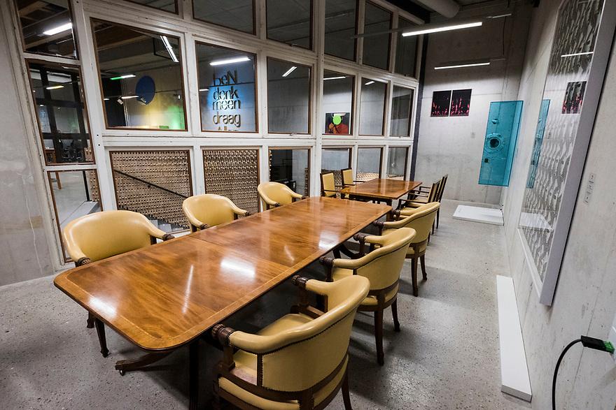 Nederland, Amsterdam, 20180206<br /> Circl, duurzaam gebouw van en naast hoofdkantoor ABNAmro op de Zuidas. Gebouw is volledig circulair gebouw met veel hergebruikt materiaal. Isolatie is bijvoorbeeld van oude spijkerbroeken van bankmedewerkers gemaakt. Circl is duurzaam en energiezuinig gebouwd en kan geheel gedemonteerd worden.<br /> Nieuwe vergaderzaal met oude meubilair uit oude hoofdkantoor. Glazen wand gemaakt van oude kozijnen uit gesloopt gebouw<br /> Foto: (c)Michiel Wijnbergh