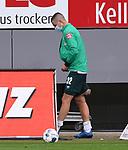 FussballFussball: agnph001:  1. Bundesliga Saison 2019/2020 27. Spieltag 23.05.2020<br /> SC Freiburg - SV Werder Bremen<br /> Marco Friedl (SV Werder Bremen) geht verletzt aus dem Innenraum des Scharzwald-Stadion<br /> FOTO: Markus Ulmer/Pressefoto Ulmer/ /Pool/gumzmedia/nordphoto<br /> <br /> Nur für journalistische Zwecke! Only for editorial use! <br /> No commercial usage!