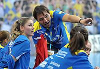 Handball Frauen Champions League 2013/14 - Handballclub Leipzig (HCL) gegen RK Krim Ljubljana am 13.10.2013 in Leipzig (Sachsen). <br /> IM BILD: Natalie Augsburg (HCL) bekommt Instruktionen von HCL Trainer Thomas Swed Örneborg / Oerneborg <br /> Foto: Christian Nitsche / aif