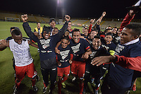 BOGOTÁ -COLOMBIA-30-11-2015. Jugadores de Fortaleza FC celebran el paso de su equipo a la primera división del fútbol colombiano Liga Aguila después del encuentro con Leones FC por la fecha 6 de los cuadrangulares finales del Torneo Águila 2015 jugado en el estadio Metropolitano de Techo en Bogotá./ Players of Fortaleza FC celebrate the ascent of their  team to the first division of professional Colombian soccer Liga Aguila after the match with Leones FC for the date 6 of the final quadrangulars of Aguila Tournament 2015 played at Metropolitano de Techo stadium in Bogota. Photo: VizzorImage / Gabriel Aponte / Staff