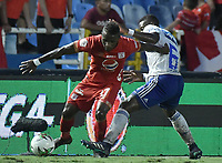 CALI - COLOMBIA, 21-04-2019: Jhonier Viveros del América disputa el balón con Andres Felipe Roman de Millonarios durante partido por la fecha 17 de la Liga Águila I 2019 entre América de Cali y Millonarios jugado en el estadio Pascual Guerrero de la ciudad de Cali. / Jhonier Viveros of America struggles the ball with Andres Felipe Roman of Millonarios during match for the date 17 as part of Aguila League I 2019 between America Cali and Millonarios played at Pascual Guerrero stadium in Cali. Photo: VizzorImage / Gabriel Aponte / Staff