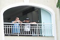 SANTOS, SP, 10.09.2013- Amigos na porta do velório do músico Champignon, encontrado morto na madrugada de segunda-feira (9) na capital paulista, prossegue durante a manhã desta terça-feira (10) no Cemitério Memorial Necrópole Ecumênica, em Santos, no litoral de São Paulo - Adriano Lima / Brazil Photo Press