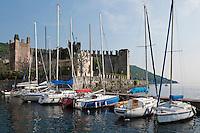 Italy, Veneto, Lake Garda, Torri del Benaco: small harbour at East Bank of Lake Garda with Scaliger Castle of 1383 | Italien, Venetien, Gardasee, Torri del Benaco: kleiner Hafen am Ostufer des Gardasees mit Skaligerburg von 1383