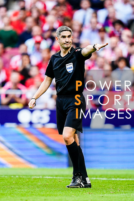 Alberto Undiano Mallenco FIFA Referee gestures during the La Liga 2018-19 match between Atletico de Madrid and Real Betis at Wanda Metropolitano Stadium on October 07 2018 in Madrid, Spain. Photo by Diego Souto / Power Sport Images