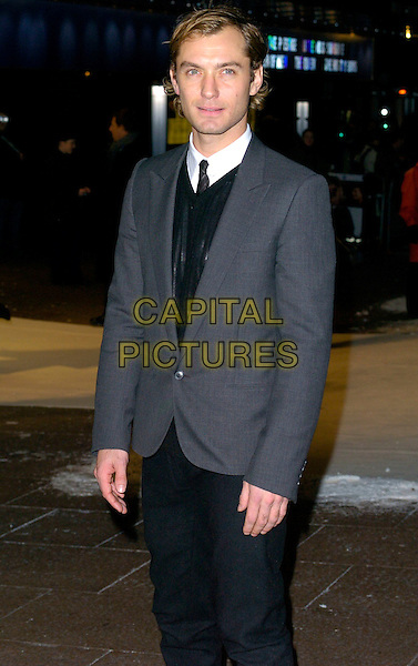 "JUDE LAW.At the UK Film Premiere of ""The Holiday"", Odeon Leicester Square, London, UK..December 5th 2006.half length grey gray suit jacket.CAP/CAN.©Can Nguyen/Capital Pictures"