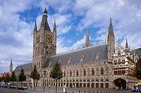 Belgien, Flandern, gotische Tuchhalle, Belfried und Rathaus in Ypern (Ieper), die gotische Tuchhalle, der größte gotische Profanbau Europas wurde nach der völligen Zerstörung im 1. Weltkrieg wieder aufgebaut, Unseco-Weltkulturhalle