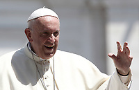 Papa Francesco saluta i fedeli al termine dell'udienza generale del mercoledi' in Piazza San Pietro, Citta' del Vaticano, 20 giugno, 2018.<br /> Pope Francis waves to faithful as he leaves at the end of his weekly general audience in St. Peter's Square at the Vatican, on June 20, 2018.<br /> UPDATE IMAGES PRESS/Isabella Bonotto<br /> <br /> STRICTLY ONLY FOR EDITORIAL USE