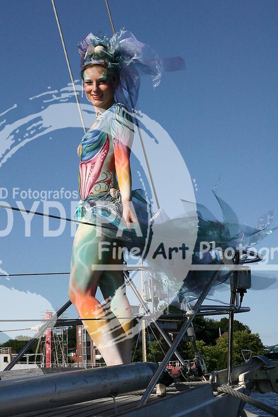 Model Janina als Meerjungfrau beim Photoshooting im Hafen zum Thema 'Maritimes' im Rahmen des 6. Internationalen StreetArt Festivals. Wilhelmshaven, 06.08.2016 - Bodypaint Künstlerin: Silke Kirchhoff