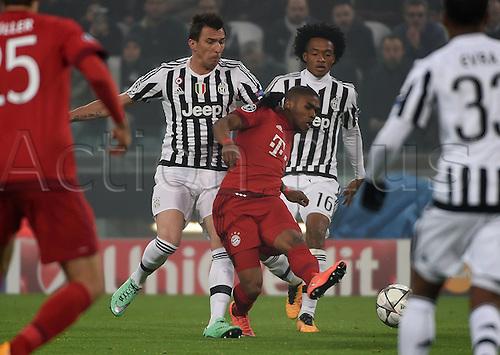 23.02.2016. Turin, Italy. UEFA Champions League football. Juventus versus Bayern Munich.  Mario Mandzukic (Juventus), Douglas Costa (FC Bayern Munich), Juan Cuadrado (Juventus)