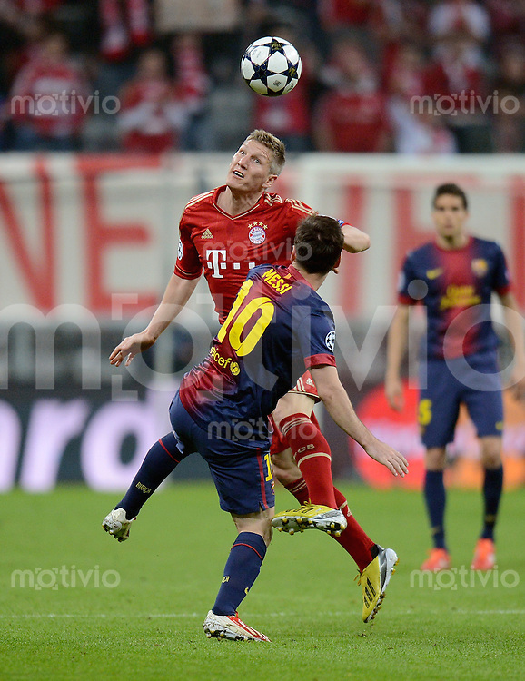 FUSSBALL  CHAMPIONS LEAGUE  HALBFINALE  HINSPIEL  2012/2013      FC Bayern Muenchen - FC Barcelona      23.04.2013 Bastian Schweinsteiger (hinten, FC Bayern Muenchen) gegen Lionel Messi (Barca)