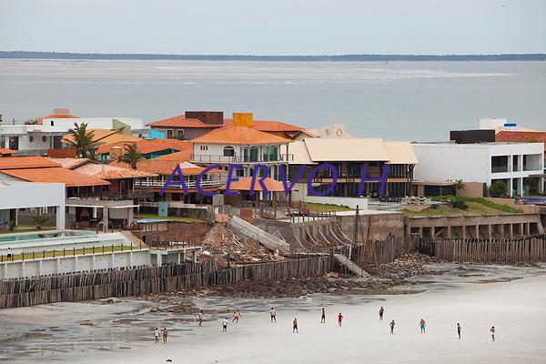 Ver&atilde;o na Amaz&ocirc;nia <br /> <br /> Milhares de veranistas  de  cidades como Bel&eacute;m, Marab&aacute; e Tucuru&iacute;, al&eacute;m   de estados como Goi&aacute;s, Tocantins buscam o  ver&atilde;o  nas praias de Salin&oacute;polis  nordeste do estado.<br /> De acordo com a seguran&ccedil;a p&uacute;blica cerca de 400 homens da PM, Bombweiros, Pol&iacute;cia civil  e Detran entre outros trabalham na seguran&ccedil;a a atendimento de veranistas que continuam a chegar na regi&atilde;o para os &uacute;ltimos dias das f&eacute;rias de ver&atilde;o no norte do pa&iacute;s .<br /> Salin&oacute;polis, Par&aacute;, Brasil.<br /> Foto Paulo Santos<br /> 27/07/2008