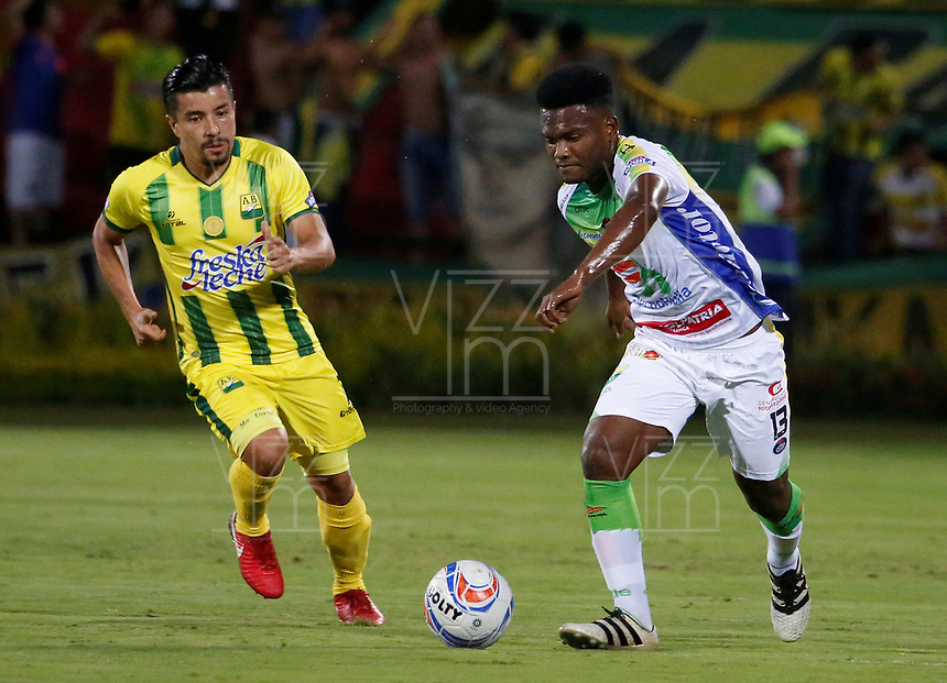 BUCARAMANGA - COLOMBIA, 14-04-2018: Sherman Cardenas (Izq) jugador del Atlético Bucaramanga disputa el balón con Elvis Perlaza (Der) jugador de Atletico Huila durante partido por la fecha 15 de la Liga Águila I 2018 jugado en el estadio Alfonso López de la ciudad de Bucaramanga. / Sherman Cardenas (L) player of Atletico Bucaramanga struggles the ball with Elvis Perlaza (R) player of Atletico Huila during match for the date 15 of the Aguila League I 2018played at Alfonso Lopez stadium in Bucaramanga city. Photo: VizzorImage / Oscar Martínez / Cont