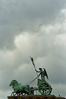 BERLINO / GERMANIA - 2004.Sulla porta di Brandeburgo si erge la Quadriga, imponente scultura (1793) di Johann Gottfried Schadow che raffigura la Vittoria alata a bordo di una biga trainata da 4 cavalli..FOTO LIVIO SENIGALLIESI..BERLIN / GERMANY - 2004.On the top of Brandeburg Tower there is a copper statue of about 5 meters high, the Quadriga, founded by Johann Gottfried Schadow, who represents the goddess of victory riding a chariot drawn by four horses..PHOTO BY LIVIO SENIGALLIESI