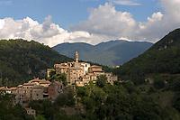 Italien, Latium, Bergdorf Rocchette in der Region Sabina mit den Monti Sabini   Italy, Lazio, Region Sabina: mountain village Rocchette with Monti Sabini mountains