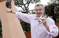 Michael O'Leary, amministratore delegato Ryanair, posa con un modellino di aereo della compagnia aerea low-cost irlandese prima di tenere una conferenza stampa a Roma, 22 gennaio 2013..Ryanair's CEO Michael O'Leary poses with a model of the Irish low-cost air company aircraft before to attend a press conference in Rome, 22 January 2013..UPDATE IMAGES PRESS/Riccardo De Luca