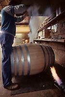 Europe/France/Poitou-Charentes/16/Charente/Cognac/Tonnellerie Seguin Moreau&nbsp;: Br&ucirc;lage trou de bonde [Non destin&eacute; &agrave; un usage publicitaire - Not intended for an advertising use]<br /> PHOTO D'ARCHIVES // ARCHIVAL IMAGES<br /> FRANCE 1990