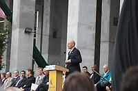 Dolphins CEO Mike Dee (Miami Dolphins) bei der Enthuellung der Statue zu Ehren der Dolphins von 1972<br /> AFC vs. NFC Pro Bowl, Sun Life Stadium *** Local Caption *** Foto ist honorarpflichtig! zzgl. gesetzl. MwSt. Auf Anfrage in hoeherer Qualitaet/Aufloesung. Belegexemplar an: Marc Schueler, Alte Weinstrasse 1, 61352 Bad Homburg, Tel. +49 (0) 151 11 65 49 88, www.gameday-mediaservices.de. Email: marc.schueler@gameday-mediaservices.de, Bankverbindung: Volksbank Bergstrasse, Kto.: 52137306, BLZ: 50890000