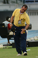 BARRANQUIILLA -COLOMBIA-03-04-2013. Jaime de la Pava técnico de Uniauntónoma gesticula durante partido con Atlético Junior por la fecha 2 de la Liga Postobón II 2014 jugado en el estadio Metropolitano de la ciudad de Barranquilla./ Uniautonoma coach Jaime de la Pava gestures during match against Atletico Junior for the second date of the Postobon League II 2014 played at Metropolitano stadium in Barranquilla city.  Photo: VizzorImage/Alfonso Cervantes/STR