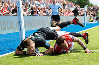 Liam Williams of Saracens beats Danny Cipriani of Gloucester Rugby to score a try in the first half. Gallagher Premiership Semi Final, between Saracens and Gloucester Rugby on May 25, 2019 at Allianz Park in London, England. Photo by: Patrick Khachfe / JMP