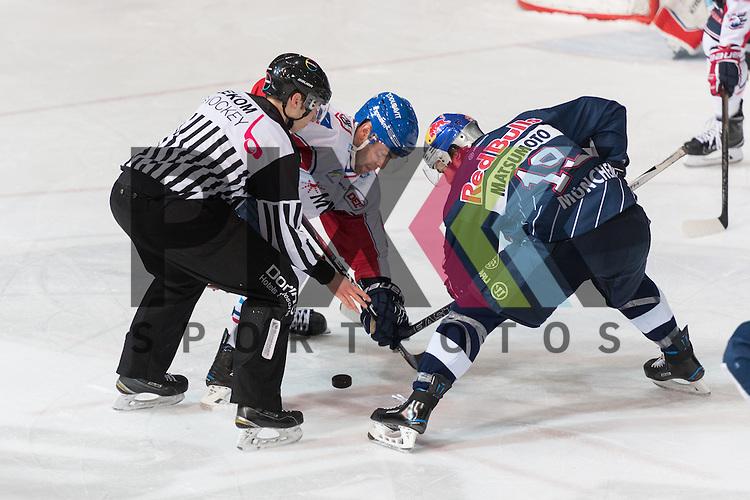 Im Bild Christoph ULLMANN (Adler Mannheim, 47), Jon MATSUMOTO (EHC Red Bull M&uuml;nchen, 19) Bully  beim Spiel in der DEL, EHC Red Bull Muenchen (blau) - Adler Mannheim (weiss).<br /> <br /> Foto &copy; PIX-Sportfotos *** Foto ist honorarpflichtig! *** Auf Anfrage in hoeherer Qualitaet/Aufloesung. Belegexemplar erbeten. Veroeffentlichung ausschliesslich fuer journalistisch-publizistische Zwecke. For editorial use only.