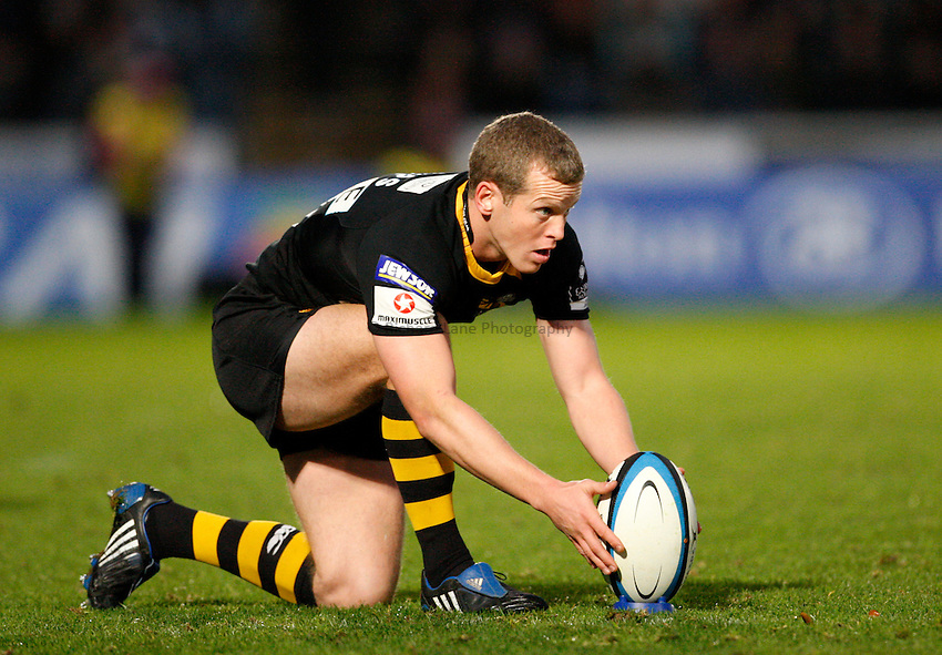 Photo: Richard Lane/Richard Lane Photography. London Wasps v Gloucester Rugby. LV= Cup. 15/11/2009. Wasps' Dave Walder lines up a kick.