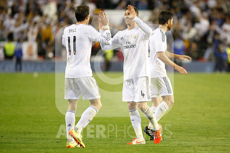 Real Madrid´s Gareth Bale celebrates his team victory with Sergio Ramos after the Spanish Copa del Rey `King´s Cup´ final soccer match between Real Madrid and F.C. Barcelona at Mestalla stadium, in Valencia, Spain. April 16, 2014. (ALTERPHOTOS/Victor Blanco)