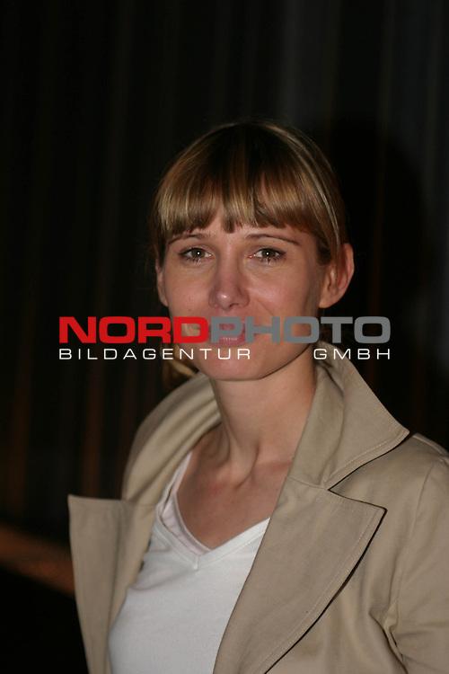 ErŲffnung des Hamburger Festivals &quot;Deutschland, revisited&quot; mit dem Film &quot;Hotte im Paradies&quot; (Kinostart 1.1.2002) im &quot;Metropolis&quot;-Kino an der Dammtorstrasse. in Hamburg<br /> <br /> Hauptdarstellerin Nadeshda Brennicke (Jenny).<br /> <br /> Foto &copy; nordphoto / Volker Sarbach<br />  *** Local Caption *** Foto ist honorarpflichtig! zzgl. gesetzl. MwSt.<br />  Belegexemplar erforderlich<br /> Adresse: nordphoto<br /> Georg-Reinke-Strasse 1<br /> 49377 Vechta