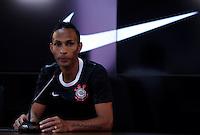 SÃO PAULO,04 MAIO 2012 - LANÇAMENTO CAMISA CORINTHIANS<br /> O jogador Liedson duarante lançamento da nova camisa do Corinthians no CT Joaquim Grava na manhã de hoje.FOTO ALE VIANNA - BRAZIL PHOTO PRESS