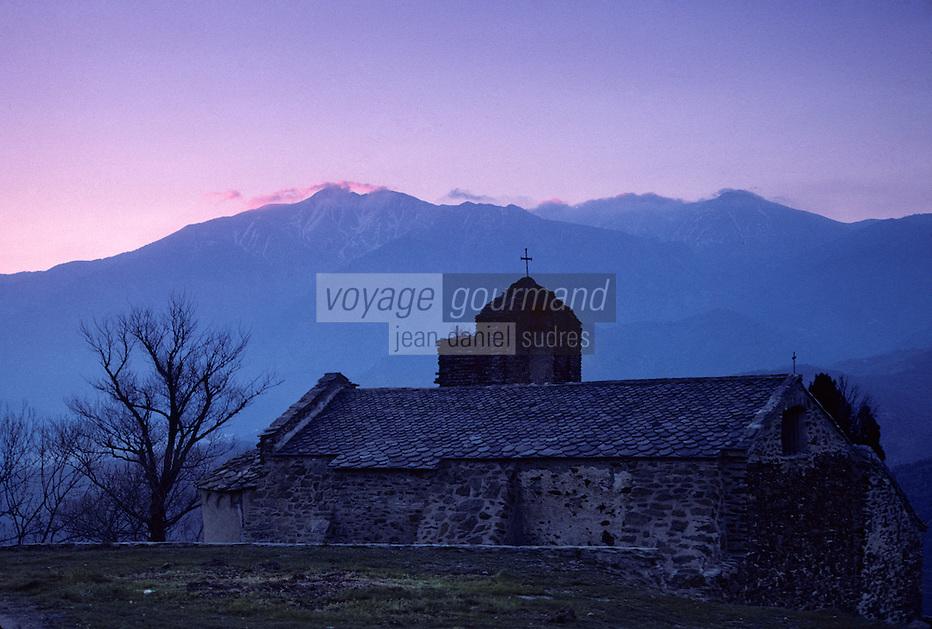 Europe/France/Languedoc-Roussillon/66/Pyrénées -Orientales/Jujols : La chapelle et le massif du Massif du Canigou