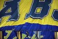 BUENOS AIRES, ARGENTINA, 27 JUNHO 2012 - FINAL LIBERTADORES - BOCA JUNIORS X CORINTHIANS - Torcedores do Boca Juniors durante jogo contra o Corinthians em partida pela final Taca Libertadores da America no Estadio Alberto Jacinto Armando (La Bombonera), nesta quarta-feira. 27. (FOTO: JUANI RONCORONI / BRAZIL PHOTO PRESS)