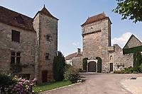 Europe/Europe/France/Midi-Pyrénées/46/Lot/Loubressac: Maison du village et porte du Château - Plus Beaux Villages de France