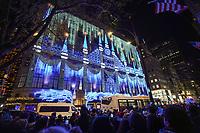 Menschenmassen sehen das Lichterspiel am Gebäude von SAKS in New York - 08.12.2019: New York