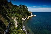 Stevns Klint ved H&oslash;jerup Gamle Kirke og Stevns Fyr. Foto: Jens Panduro Stevns Klint er den 17 km lange og op til 41 m h&oslash;je klint der afgr&aelig;nser Stevns mod &oslash;st. Stevns Klint blev optaget p&aring; UNESCOs verdensarvslisten i 2014.[1] P&aring; Stevns Klint markerer et lag af fiskeler tydeligst i hele verden som et gyldent s&oslash;m en af de st&oslash;rste naturkatastrofer og masseudryddelser i Jordens historie. Fiskeleret indeholder unormalt meget af platinmetallet Iridium.<br /> <br /> Klinten best&aring;r &oslash;verst af bryozokalk (limsten), der fra middelalderen blev brugt til bygningssten. Biskop Absalon hentede bygningsten ved klinten til bygningen af sin borg i K&oslash;benhavn. Brydningen oph&oslash;rte i 1940'erne.