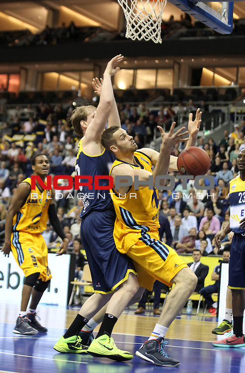 15.05.2015, O2 world, Berlin, GER, 1.BBL, ALBA Berlin vs. EWE Baskets Oldenburg, im Bild Jonas Wohlfarth-Bottermann (ALBA Berlin), Robin Smeulders (Baskets Oldenburg)<br /> <br />               <br /> Foto &copy; nordphoto /  Engler