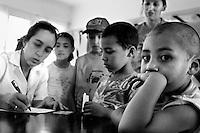 """©Javier Calvelo/ URUGUAY/ MONTEVIDEO/ Centros sociales barriales/ Pesquisa externa del Hospital de Ojos Saint Bois/ Fotorreportaje./ Pesquisa externa: El Hospital de Ojos ubicado en el Saint Bois está trabajando con una nueva modalidad impulsada por el convenio con el Banco de Previsión Social (BPS): la pesquisa o trabajo extra hospitalaria, que consiste en buscar al paciente fuera de los muros del centro..Todos los jubilados y pensionistas que ganan menos de 17.000 pesos pueden ir a las pesquisas que se realizan en diferentes días y horarios, en diversos puntos de la capital y el interior del país. """"A cada lugar donde se realizan va un médico clínico y un oftalmólogo para evaluar al paciente"""", explicó el director. Luego, si van al hospital con los estudios básicos correspondientes y una evaluación positiva del cardiólogo, podrán operarse ese mismo día..Este dia acompañe a los doctores a dos centros: el primero  el instituto José de Paiva Netto, en el barrio Aires Puros, Avenida Batlle y Ordóñez 4820. Y el segundo a el Centro de Salud de ASSE dr. Giordano. Av San Martin 3797 entre Rep Chipre y García de Zuñiga. .2008-12-08 dia lunes.foto: Javier Calvelo."""