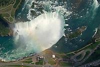4415 / Niagara: AMERIKA, VEREINIGTE STAATEN VON AMERIKA, KANADA, NEW YORK, ONTARIO  (AMERICA, UNITED STATES OF AMERICA), 23.08.2006: Niagra Faelle kanadischer Teil. Die Niagarafaelle sind Wasserfaelle an der Grenze zwischen dem amerikanischen Bundesstaat New York und der kanadischen Provinz Toronto. Niagara Falls, wie die Faelle im Englischen heißen, ist auch der Name der beiden Staedte Niagara Falls, New York und Niagara Falls, Ontario, in deren Zentrum sich die Faelle befinden..Der den Eriesee mit dem Ontariosee verbindende Niagara River stuerzt 58 Meter in die Tiefe, wobei die Faelle durch die oben gelegene Insel Goat Island (Ziegeninsel) in zwei Teile gespalten werden. Die US-amerikanische Haelfte hat eine Kantenlaenge von 363 m, die kanadische eine von 792 m. Das Wasser des US-amerikanischen Teils faellt nach 21 m auf eine Schutthalde, die bei einem Felssturz 1954 entstand. Der kanadische Teil (Horseshoe, deutsch Hufeisen) hat eine freie Fallhöhe von 52 m. Der Wasserdurchfluss betraegt, je nach Jahreszeit, zwischen 2.832 und 5.720 m³/s, durchschnittlich 4.200 m³/s (ungefaehr das Doppelte des Rhein-Abflusses). Schiffe umfahren die Faelle durch den 12 km westlich liegenden, 43,4 km langen Welland Canal bei St. Catharines, die groessere Schwesterstadt von Niagara Falls. Grenze, Grenzfluss..