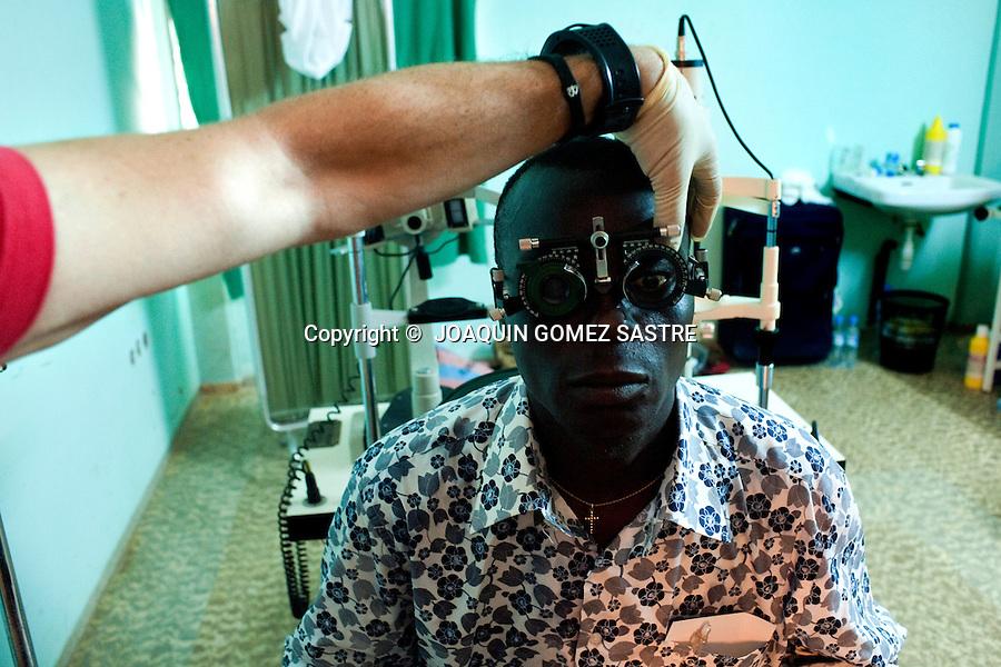 Un paciente es revisado por el equipo de oftalmologos de ACCI  en el hospital de San Juan de Dios en Afagnan (TOGO).foto © JOAQUIN GOMEZ SASTRE