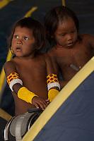 XI Jogos indígenas.<br /> Crianças Kaiapó brincam durante o intervalo dos jogos.<br /> Porto Nacional, Tocantins, Brasil.<br /> Foto Paulo Santos.<br /> 07/11/2011.