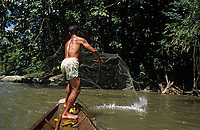 Asie/Malaisie/Bornéo/Sarawak: Chez les Dayak - Pêche à l'épervier