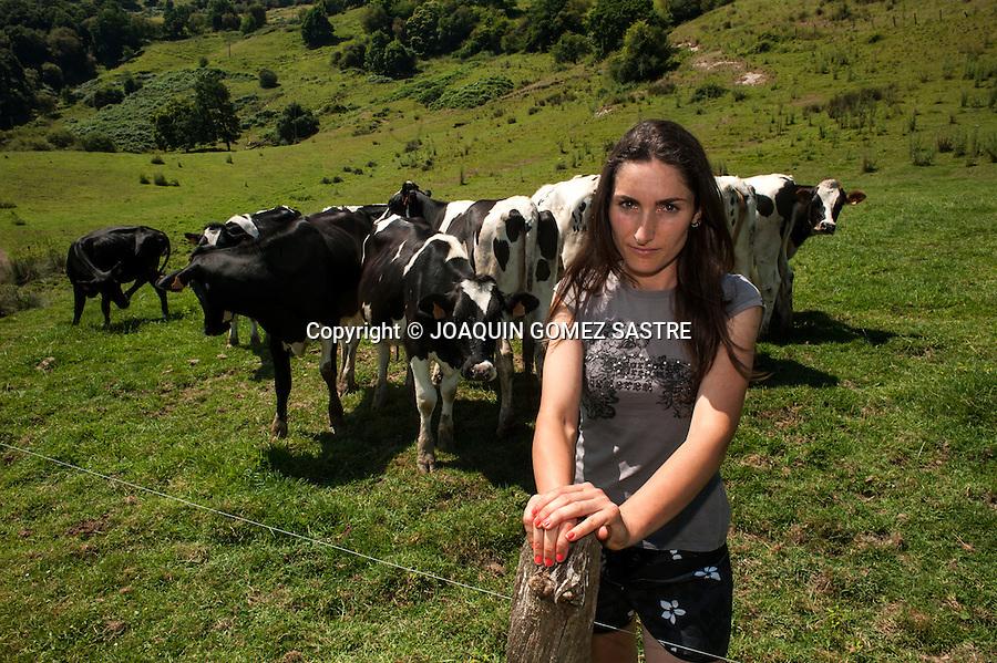 Sara joven ganadera de 33 años en su explotacion en Valdaliga (Cantabria)