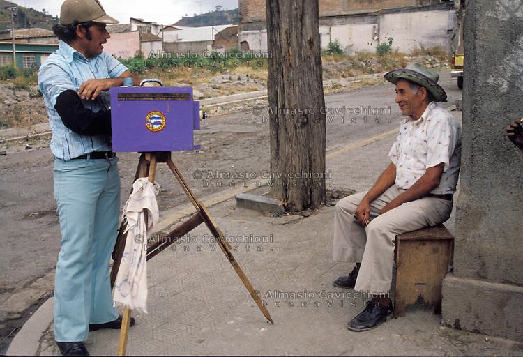 Novembre 1984, Nicaragua, Matagalpa, fotografo ambulante al lavoro su un angolo di strada con vecchia macchina di grande formato.<br /> November 1984, Nicaragua, Matagalpa, street photographer at work on a street corner with an old large format camera.