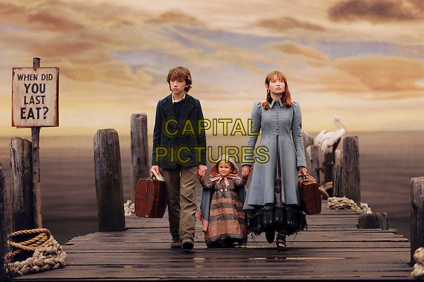 LIAM AIKEN, KARA/SHELBY HOFFMAN & EMILY BROWNING.in Lemony Snicket's A Series OF Unfortunate Events.Filmstill - Editorial Use Only.CAP/AWFF.supplied by Capital Pictures.