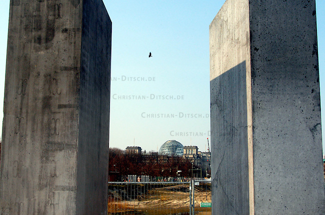 Erste Stelen auf dem Gelaende des geplanten Holocaustmahnmals in Berlin<br /> Am Donnerstag den 3. April 2003 wurden die ersten zwei Stelen auf das Gelaende des geplanten Holocaustmahnmals in Berlin gesetzt. Ab August 2003 soll dann mit dem Bau des Mahnmals begonnen werden.<br /> Die Fertigstellung des Mahnmals sollte zuerst im Jahr 2004 sein, nun ist das Jahr 2005 im Gespraech.<br /> Im Hintergrund: Der Reichstag.<br /> 4.4.2003, Berlin<br /> Copyright: Christian-Ditsch.de<br /> [Inhaltsveraendernde Manipulation des Fotos nur nach ausdruecklicher Genehmigung des Fotografen. Vereinbarungen ueber Abtretung von Persoenlichkeitsrechten/Model Release der abgebildeten Person/Personen liegen nicht vor. NO MODEL RELEASE! Nur fuer Redaktionelle Zwecke. Don't publish without copyright Christian-Ditsch.de, Veroeffentlichung nur mit Fotografennennung, sowie gegen Honorar, MwSt. und Beleg. Konto: I N G - D i B a, IBAN DE58500105175400192269, BIC INGDDEFFXXX, Kontakt: post@christian-ditsch.de<br /> Bei der Bearbeitung der Dateiinformationen darf die Urheberkennzeichnung in den EXIF- und  IPTC-Daten nicht entfernt werden, diese sind in digitalen Medien nach &sect;95c UrhG rechtlich geschuetzt. Der Urhebervermerk wird gemaess &sect;13 UrhG verlangt.]