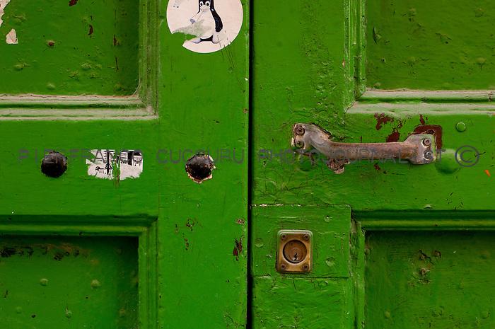 via mercato porte, portoni, maniglie e serrature di sassari, Italia<br /> doors, handles and locks in Sassari, Italy